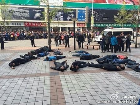 Групповое самоубийство таксистов. Пекин. Апрель 2015 года. Фото с epochtimes.com