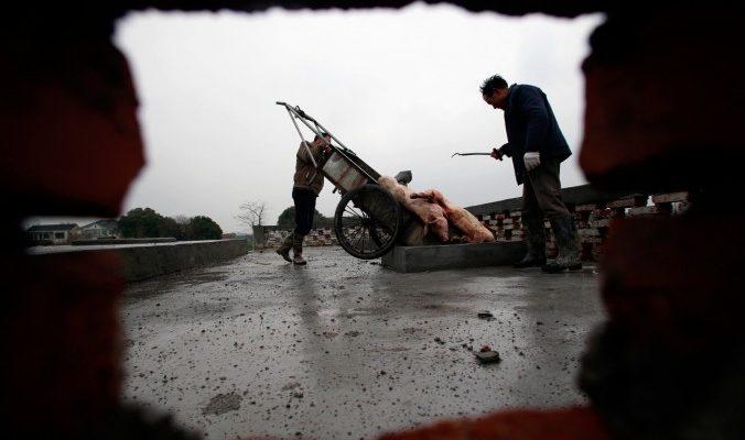 В Китае свинину вылавливают из рек