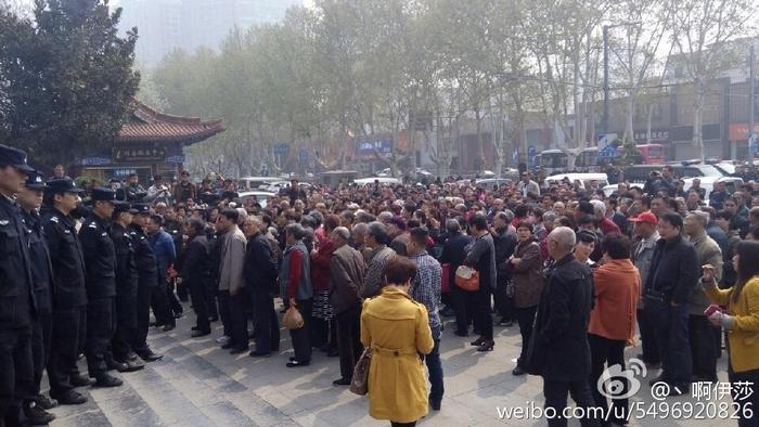 Протесты пострадавших вкладчиков прошли в шести городах Китая. 10 апреля 2015 года. Фото с epochtimes.com