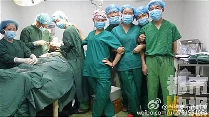 Скандальное селфи китайских хирургов, сделанное прямо во время операции. Фото с weibo.com