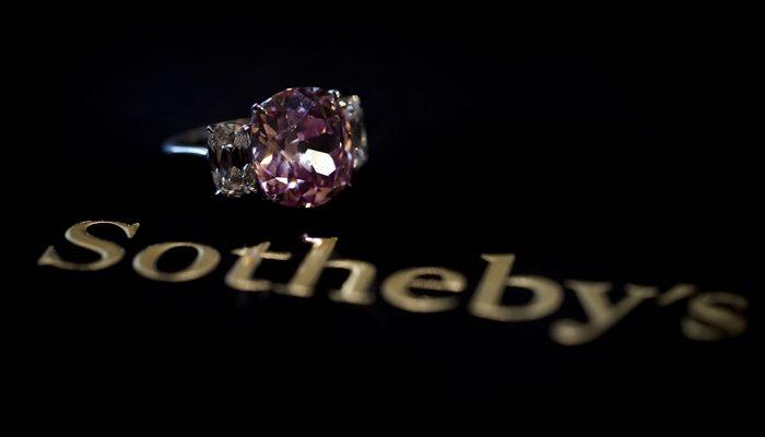 Редчайшие бриллиант и рубин украсят аукцион в Женеве (видео)