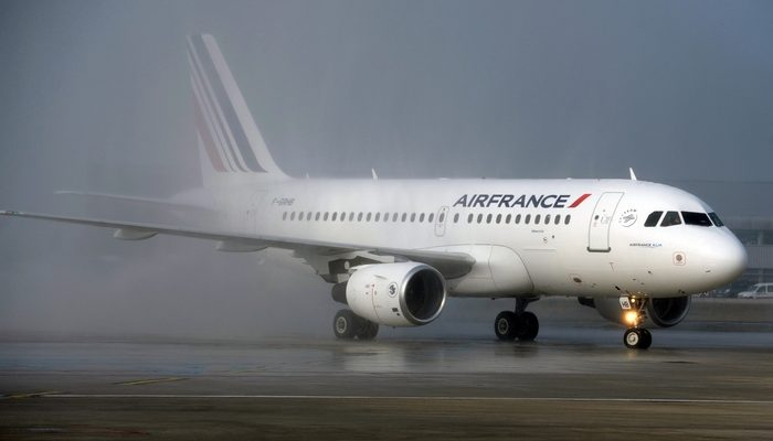 Французский лайнер прибыл в США в сопровождении истребителей (видео)