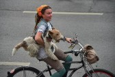 Участница велопарада в Москве. Фото: im.kommersant.ru