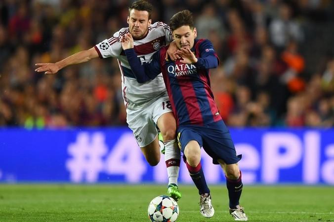 Хуан Бернат (Бавария) и Лионель Месси (Барселона) в первом матче ½ финала Лиги чемпионов, Барселона, 6 мая, 2015 год. Фото: Shaun Botterill/Getty Images