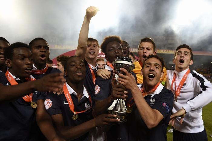 Молодёжная сборная Франции празднует победу. Фото: DIMITAR DILKOFF/AFP/Getty Images