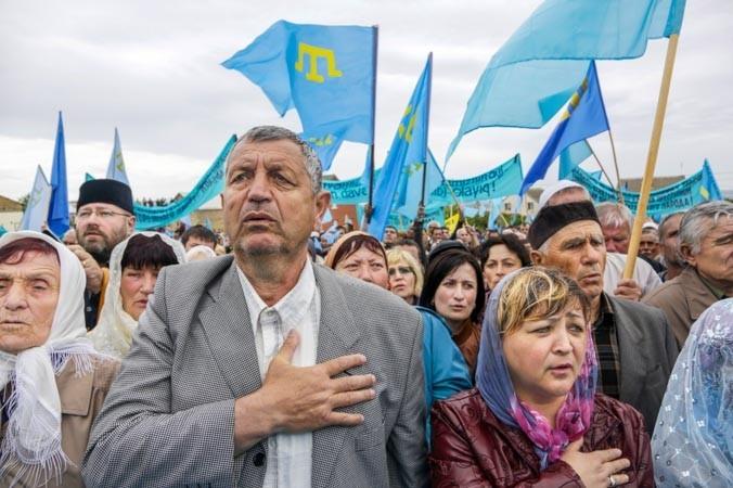 Тысячи крымских татар, несмотря на запрет акции, вышли на траурную церемонию, посвящённую 70-летней годовщине депортации татар из Крыма, Симферополь, 18 мая, 2014 год. Фото: MAX VETROV/AFP/Getty Images