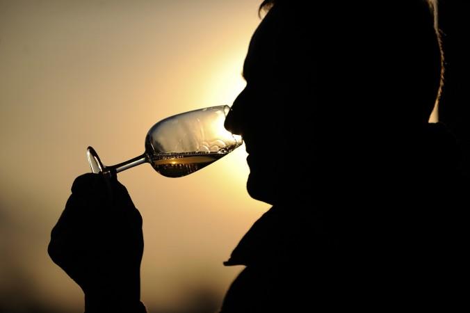 Винодел Патрис Ашар держит бокал вина из своего погреба в Сен-ОБен-де-Луинье, Западная Франция, 16 декабря 2014 г. Фото: Jean-Sebastien Evrard/AFP/Getty Images