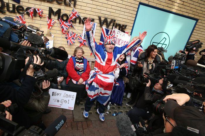 Королевские фанаты празднуют объявление о том, что Кэтрин, герцогиня кембриджская родила девочку в больнице Сент-Мэри 2 мая 2015 года в Лондоне, Англия. Фото:Chris Jackson/Getty Images