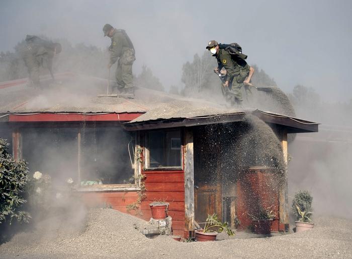 Очистка домов от пепла вулкана Кальбуко, Чили, 25 апреля, 2015 год. Фото: VLADIMIR RODAS/AFP/Getty Images