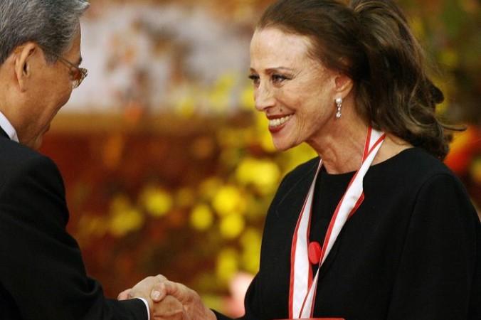 Российская танцовщица Майя Плисецкая  получает сертификат победителя и денежный приз от вице-председателем японской Ассоциации искусств. Фото: TOSHIFUMI KITAMURA/AFP/Getty Images