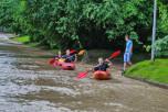 Жители Львова устроили на затопленных улицах заплыв на каноэ
