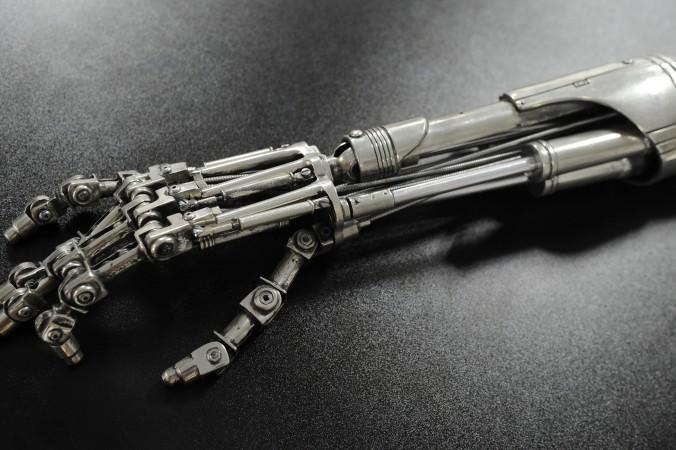 Механическая рука киборга из фильма «Терминатор 2: Судный день». Фото: MARK RALSTON/AFP/Getty Images