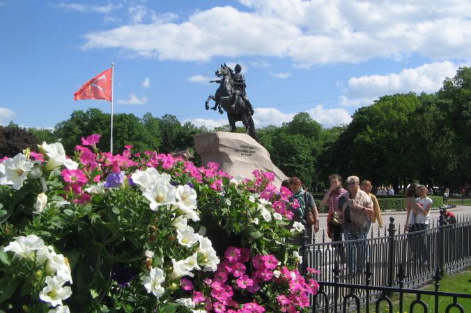 Цветы к подножию Медного всадника. Фото: Татьяна Петрова/Великая Эпоха