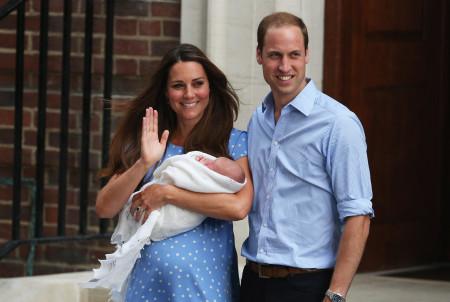 Принц Уильям и Кэтрин уезжают с новорождённым сыном из роддома 23 июля 2013 г. Фото: Oli Scarff/Getty Images
