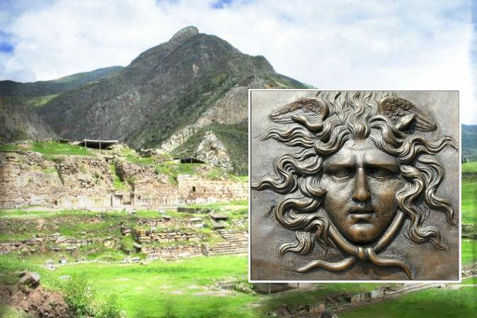 Справа: Горгона. Фото: Andrea Astes/iStock. На заднем плане: руины Чавин-де-Уантар. Фото: Sharon odb/Wikimedia Commons