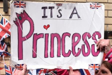 2 мая 2015 г. у Кэтрин и Уильяма родилась девочка. Поклонники королевской четы у госпиталя Св. Мэри в Лондоне, 2 мая 2015 г., после того, как было объявлено, что у Кэтрин и Уильяма родилась дочь. Фото: Leon Neal/AFP/Getty Image