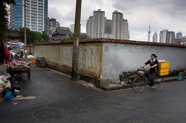 Обратная сторона уличной жизни в Шанхае. Инфраструктура и недвижимость являются столпами китайской экономики, и, таким образом, они стали ключевыми инструментами высасывания личных богатств из централизованной государственной экономики. Фото: Emile B/flickr