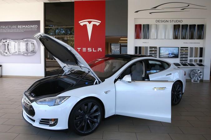 Электромобиль Tesla Model S на выставке в Пало-Альто, Калифорния, 5 ноября 2013 г. Фото: Justin Sullivan/Getty Images