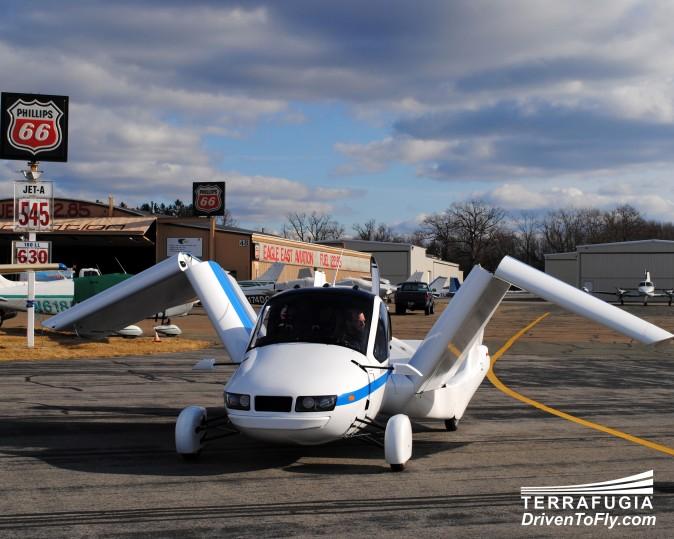 Transition от Terrafugia разворачивает крылья в аэропорту. Фото: Terrafugia