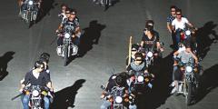 Китайские байкеры по ночам нападали на прохожих