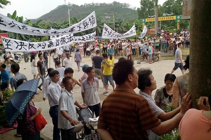 Протесты местных жителей против строительства в посёлке крематория. Провинция Гуандун. Май 2015 года. Фото с epochtimes.com