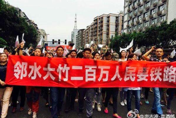 В центральном Китае полиция пытается подавить протест десятков тысяч людей