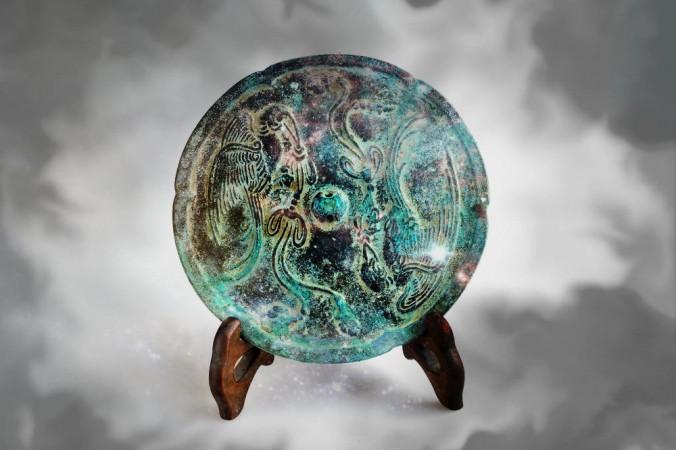 Многие бронзовые зеркала в Древнем Китае и Японии выглядели, как это. Но в очень редких случаях у них обнаружилось странное свойство: они могли быть одновременно и плотными, и прозрачными. Фото: Shutterstock*; edited by Epoch Times