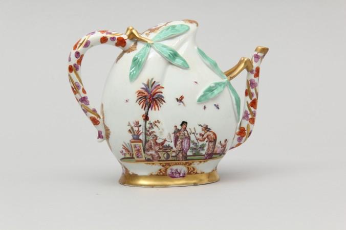 Фарфоровый кувшин для вина в стиле шинуазри, расписанный Иоганном Хорольдтом. Фото: Courtesy of Gardiner Museum