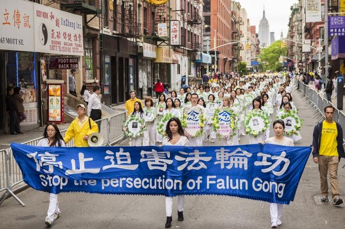 Последователи Фалуньгун несут портреты своих единомышленников, погибших в Китае в результате преследований и призывают мировое сообщество остановить репрессии. Нью-Йорк, США. 2013 года. Фото: The Epoch Times