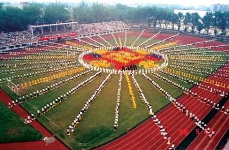 Последователи Фалунь Дафа в Ухане образовали картину «Фалунь», 1996 год. Фото: Minghui