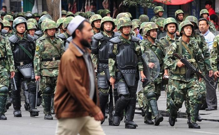 В последнее время власти Пекина усиливают контроль над уйгурами в Синьцзяне. Фото: FREDERIC J. BROWN/AFP/Getty Images
