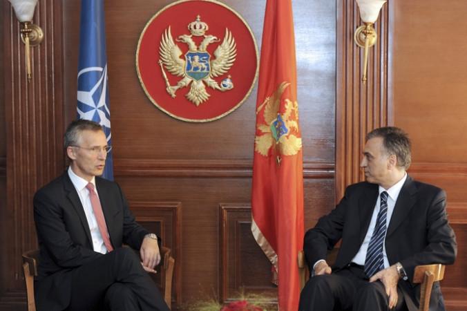 Президент Черногории Филип Вуянович беседует с генеральным секретарем НАТО Йенсом Столтенбергом во время встречи в Подгорице 11 июня 2015 года. Фото: SAVO PRELEVIC/AFP/Getty Images