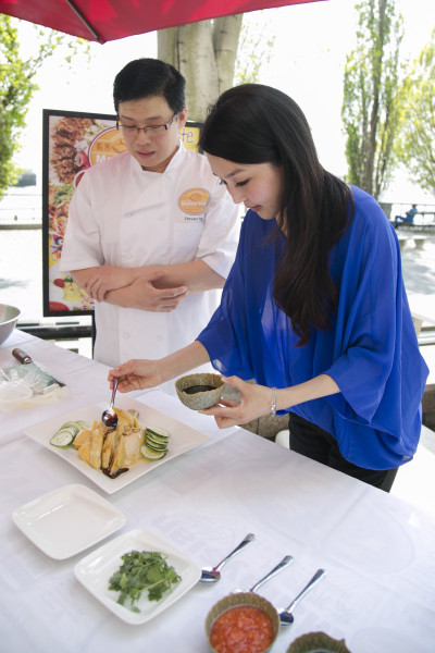 "Cici Li, host of ""CiCi's Food Paradise,"" learns how to make the Hainanese Chicken at the Malaysia Kitchen USA in Manhattan, New York, on May 5, 2015. (Samira Bouaou/Epoch Times)"