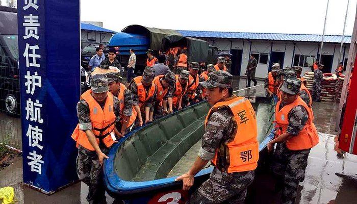 В Китае пассажиров затонувшего теплохода ищет тысяча спасателей