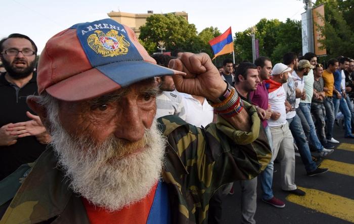 Участники акции протеста. Фото: KAREN MINASYAN/AFP/Getty Images