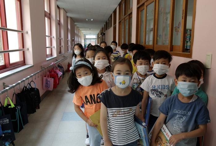 Учащиеся начальной школы Южной Кореи. Фото: Chung Sung-Jun/Getty Images