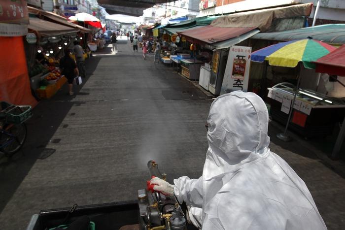 Дезинфекция на рынке Южной Кореи. Фото:  Chung Sung-Jun/Getty Images