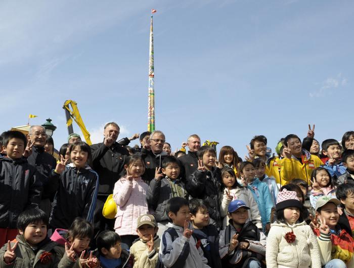 Строители  башни на её фоне. Фото: TOSHIFUMI KITAMURA/AFP/Getty Images