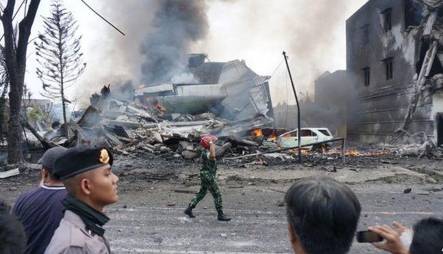 В результате падения самолёта на отель погибли 30 человек. Фото: ВВС