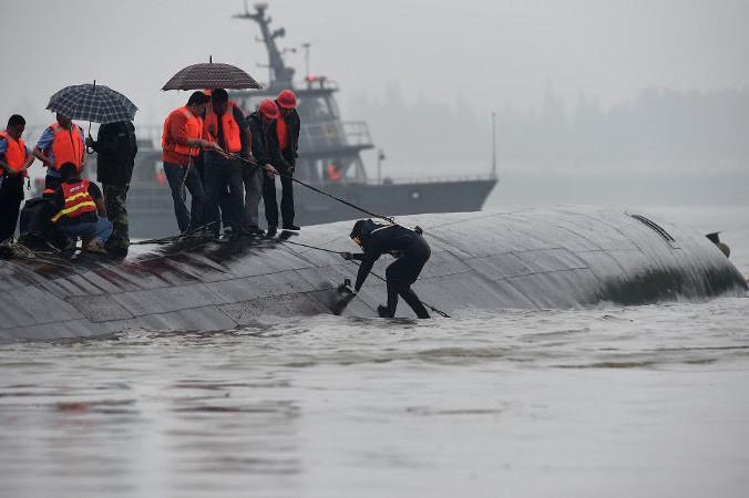 Спасатели на днище затонувшего теплохода «Звезда Востока». Фото: Xiao Yijiu/globallookpress.com
