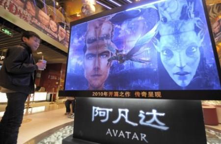 Мальчик смотрит на афишу фильма «Аватар» в кинотеатре в Пекине 21 января 2010 года до того, как партийные чиновники объявили об изъятии «Аватара» в версии 2D из кинотеатров. Фото: Liu Jin/AFP/Getty Images