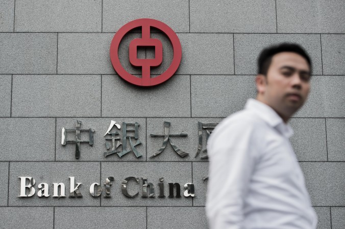 Человек проходит мимо здания Банка Китая в Гонконге 23 августа 2012 года. Фото: Филипп LOopez/AFP/GettyImages