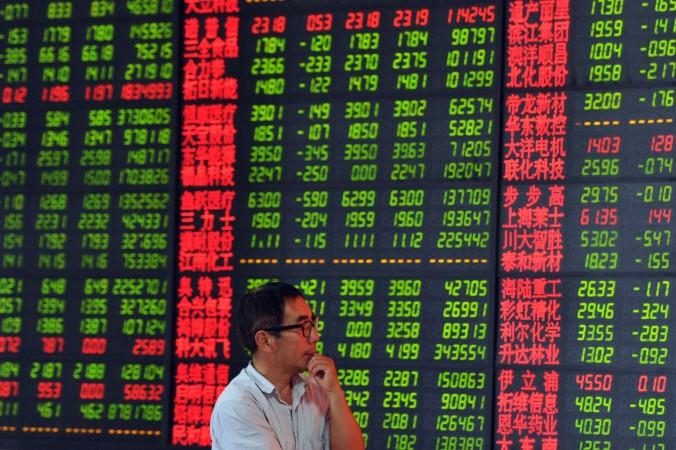 Фондовый инвестор смотрит на стоимость акций, город Фуян, провинция Аньхой, Китай, 19 июня 2015 года. Фото: STR/AFP/Getty Images