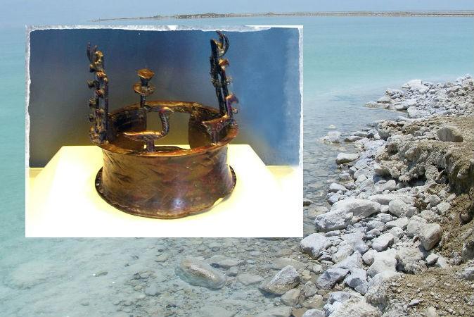 Слева: Старейшая корона мира, найденная в пещере Нахал-Мишмар (Hanay/Wikimedia Commons) Фон: Мёртвое море Фото: Xta11/Wikimedia Commons