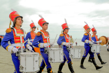 Барабанщики открыли карнавальное «Шествие эпох». Фото: Алла Лавриненко/Великая Эпоха