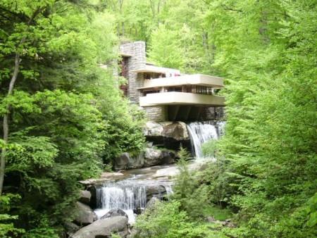 Дом с водопадом из сэндвич-панелей архитектора-дизайнера Фрэнка Ллойда Райта. Фото: commons.wikimedia.org