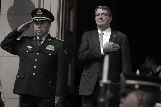Министр обороны США Эштон Картер и генерал Фань Чанлун (слева), вице-председатель Центрального военного совета КНР, слушают американский гимн в Пентагоне, 11 июня 2015 года. Фото: Alex Wong/Getty Images