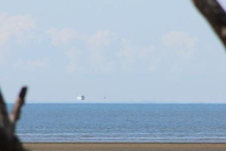 Фата моргана у восточного побережья Австралии создала иллюзию, что корабль плывёт над горизонтом, 26 августа 2012 г.