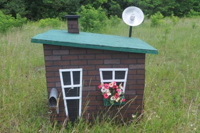 Маленькие домики построены в соответствии с сюжетом сказки. Один домик из соломы, другой — из хвороста, а третий — из кирпичей. Фото: daytondailynews.com