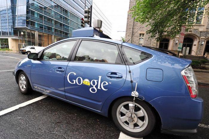 Автомобиль-беспилотник Google маневрирует на улицах Вашингтона, 14 мая 2012 года. Фото: Karen Bleier/AFP/GettyImages